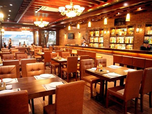 nhà hàng gỗ phong cách châu âu